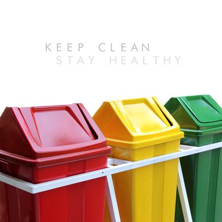 limpieza: Mantenga limpia, mantenerse saludable: Mensaje de limpieza ambiental en el diseño simple, con la imagen de coloridos cubos de basura aisladas sobre fondo blanco Foto de archivo