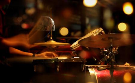 ナイトクラブで遊んでジャズ ドラマーの風光明媚な肖像画。カラフルな照明と概念のぼやけた画像