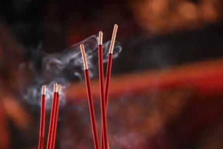 Brennende rote Räucherstäbchen in chinesischen Tempel