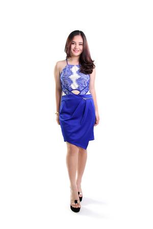 cute teen girl: Красивые улыбающиеся азиатских женщин модель моды ходьба в модном синем платье, полная длина выстрел, изолированных на белом фоне