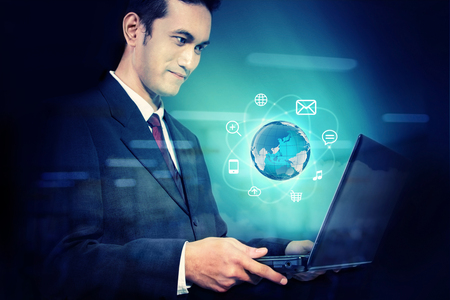 Zakenman die een laptop met digitale aarde en multimedia iconen. Conceptuele ontwerp van internet-technologie