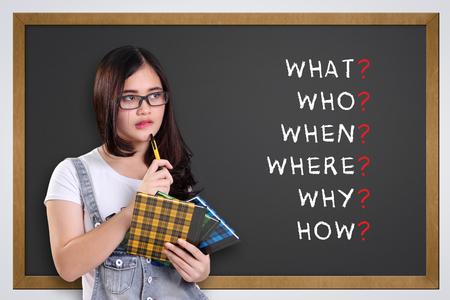 黒板に書かれた 5 w1h 分析を見て思いやりのある学校の女の子: 何、誰、いつ、どこ、なぜ、どのように