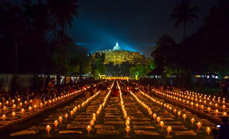 BOROBUDUR, 29. Mai 2018: Tausende von Kerzen, die als Teil der Vesak-Tagesfeier im Borobudur-Tempel, Indonesien angezündet werden Editorial