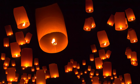 Floating lanterns over the night sky background Stockfoto - 107928964