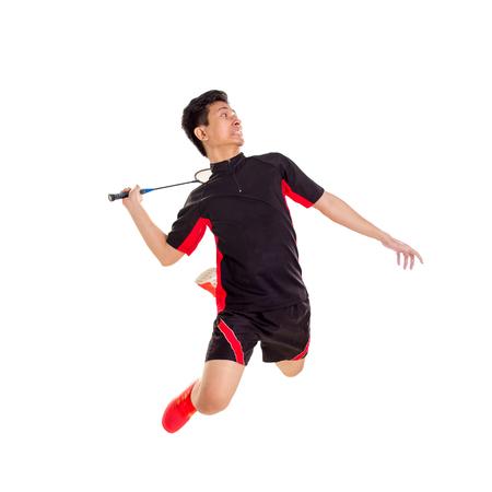 Giocatore di badminton che salta smash, isolato su sfondo bianco