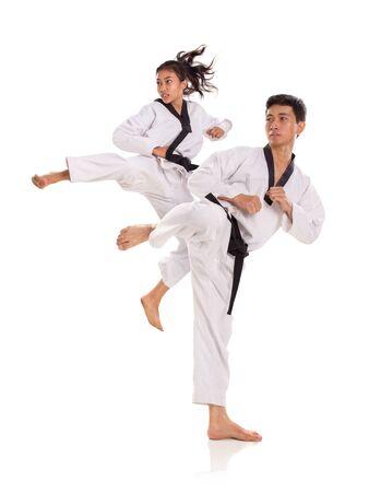 Portret van taekwon-do team in actie pose. Vechtsporten concept. Volledig lengteschot, dat over witte achtergrond wordt geïsoleerd Stockfoto
