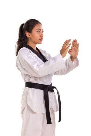 Porträt des schönen asiatischen Tae-Kwon-Do-Mädchens, das mit doppelter Handflächenverteidigungsposition steht, über weißem Hintergrund Standard-Bild