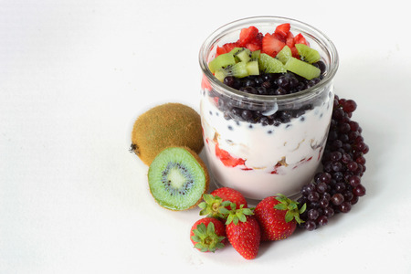 продукты питания: Фрукты в йогурте, здоровое питание, молочные продукты, натуральные продукты питания, диетическое питание, чистое питание