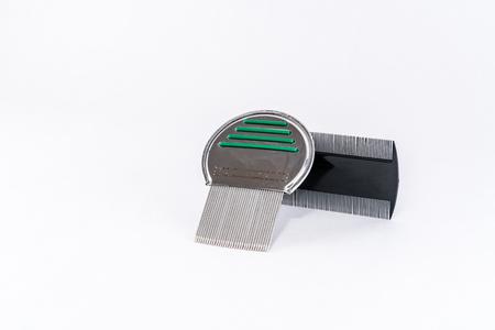 piojos: Piojo peines para el tratamiento de piojos, pl�stico y acero aislado en blanco. Foto de archivo
