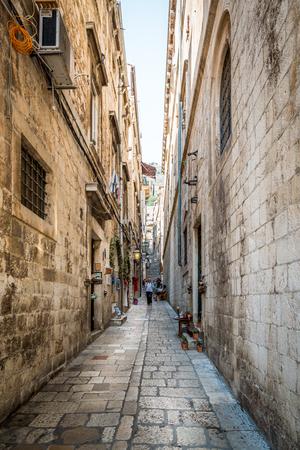 ドブロブニクの狭い通り。ドゥブロヴニクの旧市街の狭い通りに階段を下りて来る観光客のドゥブロヴニク, クロアチア - 2015 年 7 月 18 日: 分析観点