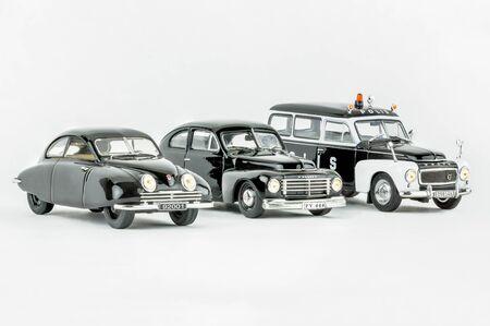 ストックホルム, スウェーデン - 2017 年 8 月 17 日: クローズ アップ 3 分離スウェーデン クラシックカー、ない人のスタジオ撮影。黒い SAAB 92001、ボルボ PV 444 と警察の車ボルボ PV 445 重唱のスケール モデル。