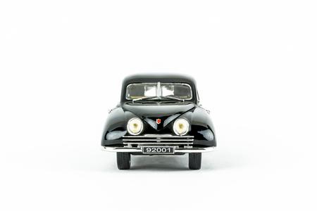 ストックホルム, スウェーデン - 2017 年 8 月 17 日: クローズ アップ 1 つ分離スウェーデンの古典的な車、ない人のスタジオ撮影。黒い SAAB 92001 のフロント ビュー スケール モデル。 写真素材 - 84459715