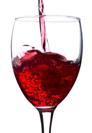 intoxicant: versare il vino rosso in vetro, isolato su bianco