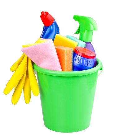 sirvienta: cubo con art�culos de limpieza, aislado en blanco