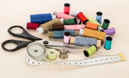 kit de costura: close-up sewing supplies, threads, needles, thimble, scissors