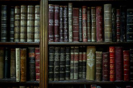 Bücherregal mit alten Büchern.
