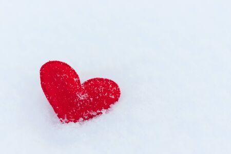 Figure de coeur de feutre rouge sur la neige, jour d'hiver Banque d'images - 94799835