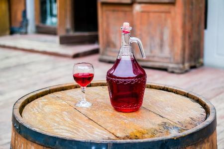 Wino w starym zabytkowe butelki na beczce. Zdjęcie Seryjne
