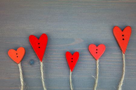 árboles de amor botón en el fondo de madera gris.