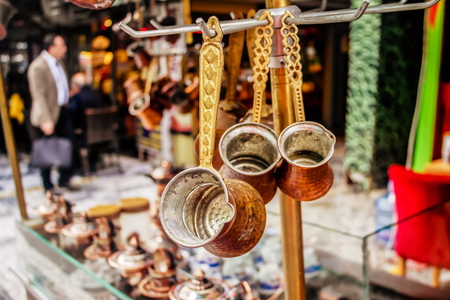Traditional decorated Turkish copper coffee pots or cezve hanging in the Turkish market in Istanbul. Banco de Imagens