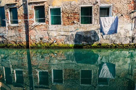 Reflection in the water channel of Venice, Italy. Standard-Bild