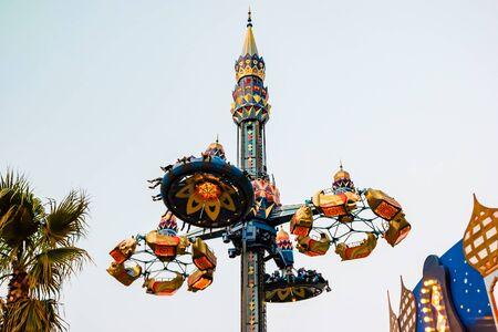 Vista notturna del parco divertimenti Giardini di Tivoli a Copenhagen, Danimarca. Archivio Fotografico