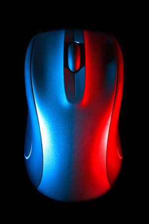 Plata rat�n inal�mbrico sobre fondo negro iluminado por luz roja y azul, vista superior de la computadora perif�rica Foto de archivo
