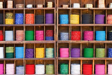 Pulseras de todos los colores en un patr�n de un mercado callejero, joyer�a �tnica de las mujeres