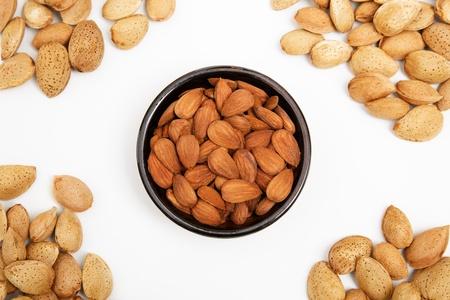 Almendras en un bol, snacks de nueces, almendras con c�scara Foto de archivo