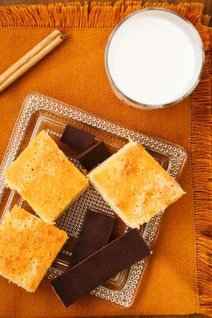 Las porciones de tarta casera de chocolate y vaso de leche para el desayuno o merienda Foto de archivo