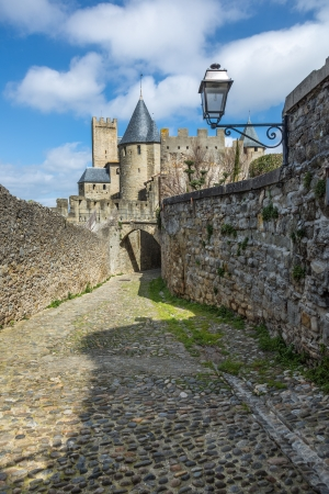 Antigua calle medieval con el castillo al fondo