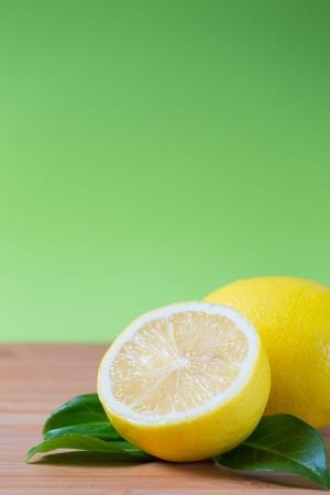 limones frescos en una mesa de bamb�, frutas ricas en vitamina c