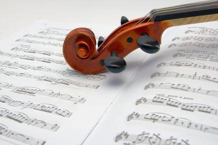 Violon de défilement de repos sur une feuille de musique Banque d'images - 4661412