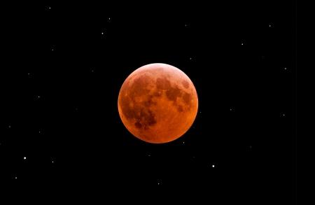 Total eclipse de lune parmi les étoiles Banque d'images - 4676470