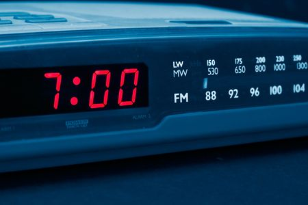 uyanmak: Alarm radio clock indicating time to wake up