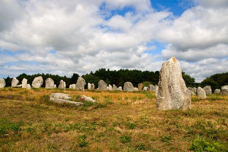 alineaci�n: Alineaci�n de menhires megal�tico prehist�ricos en Carnac, Breta�a, Francia  Foto de archivo