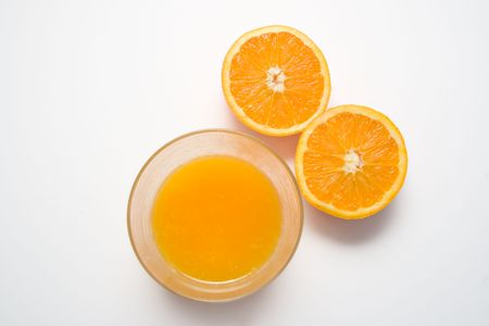 jus orange glazen: Bovenaanzicht van sinaasappelsap en sinaasappelen