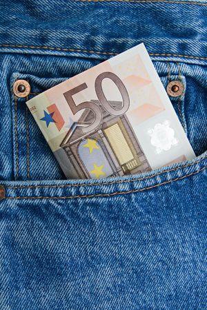 pick money: Nota de 50 euros en un bolsillo de blue jeans