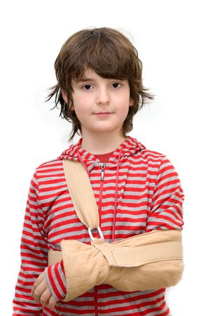 lesionado: Ni�o con cabestrillo en el brazo roto aislado en blanco puro