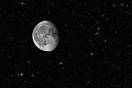 cielo estrellado: Luna gibosa menguante entre las estrellas en segundo plano