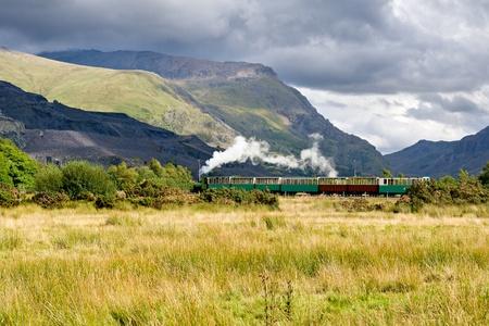 locomotora: El tren de vapor en Llamberris, Snowdonia, Gales Foto de archivo