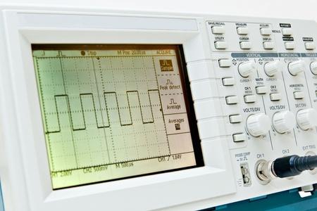 Oscilloscope numérique avec onde carrée sur l'écran Banque d'images - 12625793