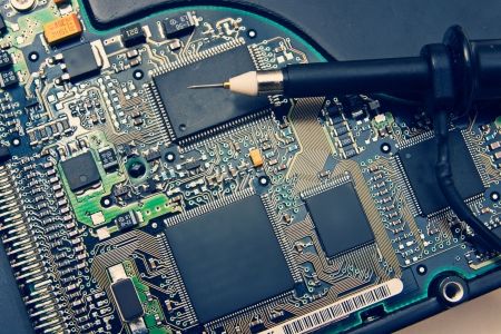 oscilloscope: Sonda dell'oscilloscopio sul circuito elettronico