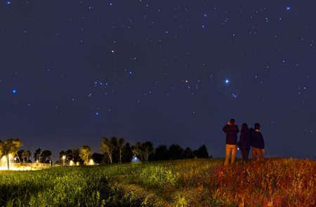 noche estrellada: Mirando a las estrellas con binoculares Foto de archivo