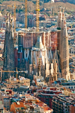 aerea: BARCELONA - JULY 10: Aerial view of the Sagrada Familia, Antoni Gaudis unfinished masterpiece. It is one of Barcelonas most popular tourist attractions. July 10, 2010 in Barcelona, Spain.