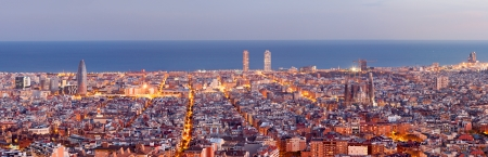 barcelone: Barcelona skyline panorama au Blue Hour