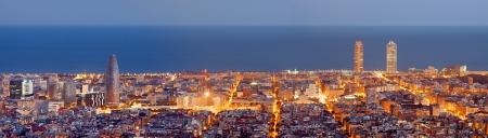 Barcelona skyline panorama à l'Heure Bleue Banque d'images - 25470401