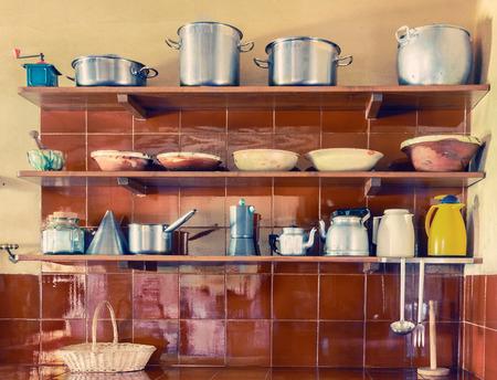 utensilios de cocina: Utensilios de cocina de la vendimia en estantes Foto de archivo