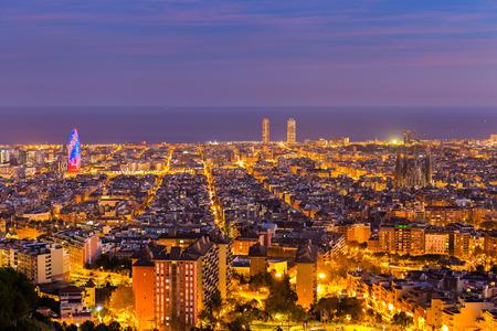 paisajes noche pareja: Horizonte de Barcelona en la tarde en la hora azul