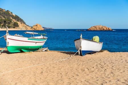 paisaje mediterraneo: los pescadores del barco en una playa, Tossa de Mar, Costa Brava, Cataluña